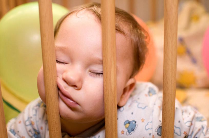 Spokojny sen dziecka zależy od wielu czynników /123RF/PICSEL