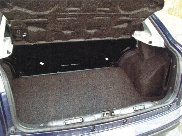 Spore nadkola ograniczają pojemność bagażnika Bravy. Inna wada to brak dzielonego oparcia kanapy. Można je mieć tylko za dopłatą. /Motor