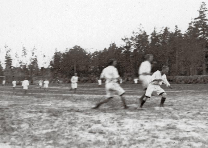 Sport rozwijał się także w warunkach wojennych. Na zdjęciu: żołnierze Legionów Polskich rozgrywają mecz piłki nożnej, 1916 r. /materiały promocyjne