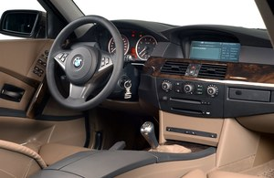 Sportowa kierownica, okrągłe tarcze zegarów i olbrzymi ekran komputera pokładowego. Liczbę przycisków i pokręteł zredukowano do minimum. /Motor