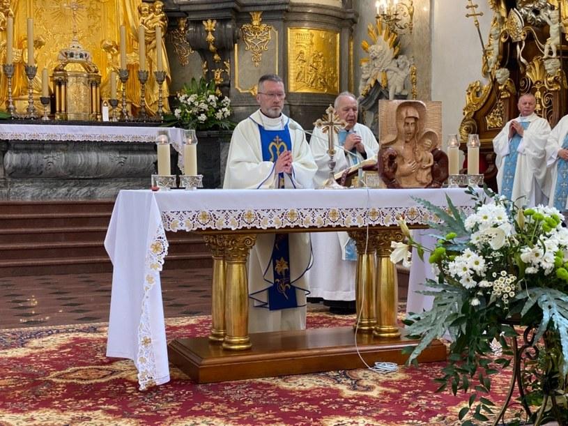 Sportowcy złożyli w darze na Jasnej Górze płaskorzeźbę Matki Boskiej w rękawicach bokserskich /@JasnaGoraNews /Archiwum
