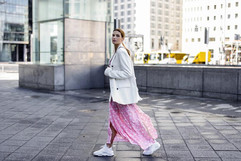 Sportowe buty do letnich sukienek - to trend, który już króluje od jakiegoś czasu /Getty Images