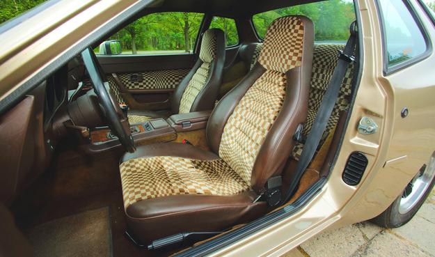 """Sportowe fotele ponad 30 lat temu... Uwagę zwraca """"ręczny"""" po lewej stronie siedziska. /Motor"""