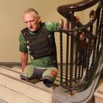 Sportowiec z amputowanymi nogami pokonał na rękach 30 pięter w obie strony