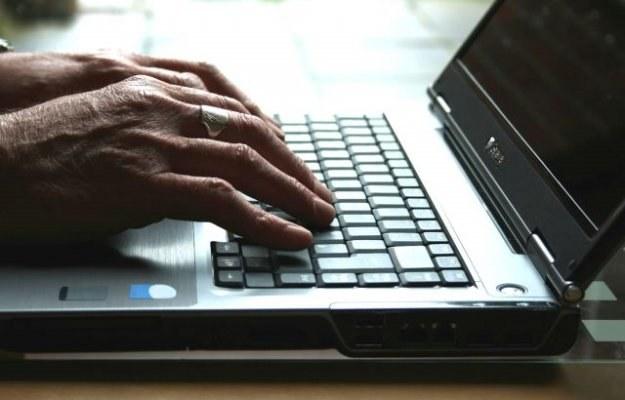 Sposób pisania na klawiaturze może zdradzić wiele tajemnic...Fot. Steve Woods /stock.xchng