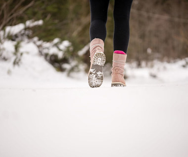 Sposoby na śliskie buty. Jak uniknąć wypadku?