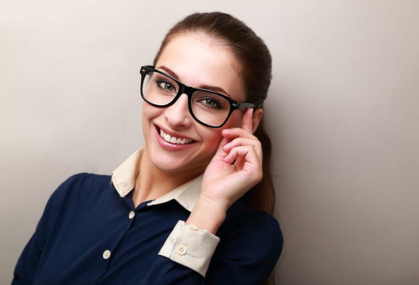 Sposoby na zsuwające się okulary /123RF/PICSEL