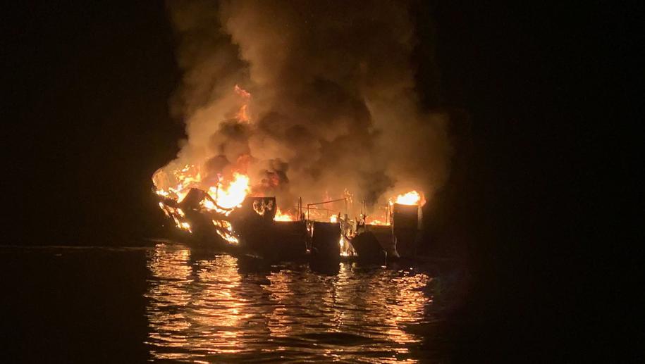 Spośród 39 osób znajdujących się na pokładzie wycieczkowca Conception uratowało się pięciu członków załogi /PAP/EPA