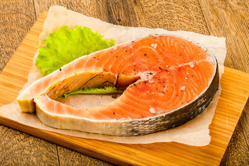 Spośród ryb morskich bogatym źródłem kwasów omega-3 jest łosoś /123RF/PICSEL