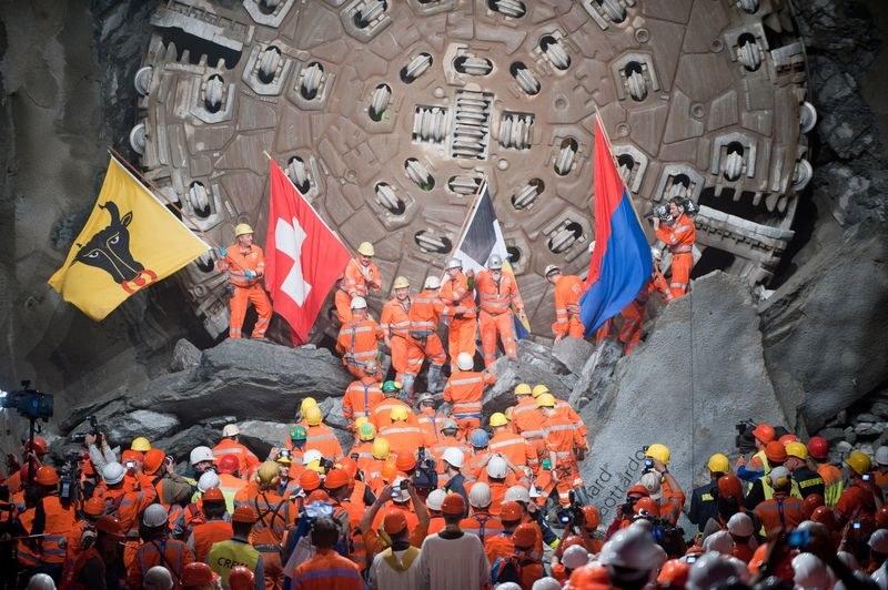 Spotkanie ekip wiercących tunel /AFP