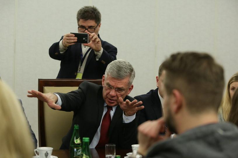 Spotkanie marszałka Senatu Stanisława Karczewskiego (C) z przedstawicielami redakcji w sprawie zasad funkcjonowania mediów w parlamencie /Tomasz Gzell /PAP