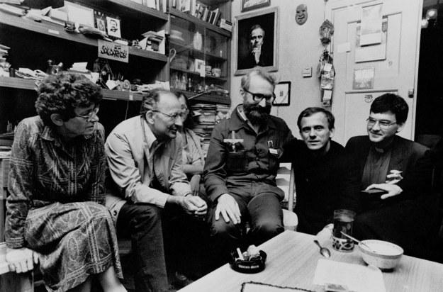 Spotkanie na plebanii (sierpień 1984 r.). Ks. Jerzy Popiełuszko drugi od prawej /Agencja FORUM