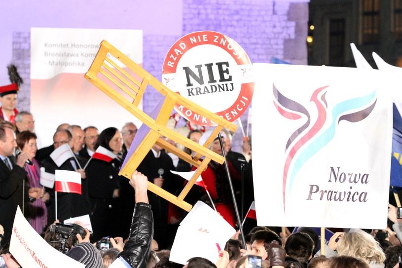 Spotkanie ubiegającego się o reelekcję prezydenta z wyborcami w Krakowie zakłócili protestujący działacze Nowej Prawicy /Stanisław Rozpędzik /PAP