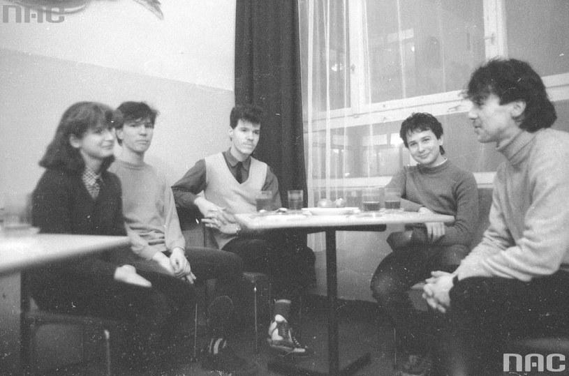 Spotkanie w świetlicy z udziałem młodzieży /Z archiwum Narodowego Archiwum Cyfrowego