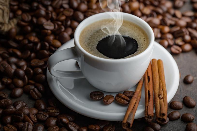 Spożywanie kawy może działać pobudzająco na umysł, zwiększać pamięć krótkotrwałą i ułatwiać koncentrację /123RF/PICSEL