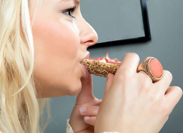 Spożywanie mniejszych porcji jedzenia powoduje, że potrawy smakują nam lepiej /123RF/PICSEL