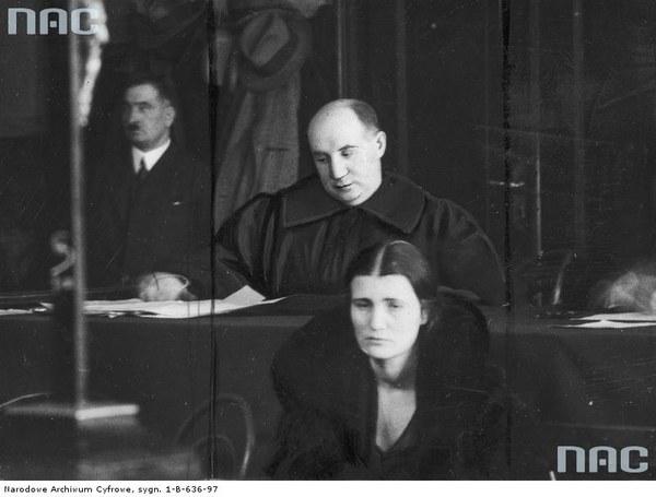 Oskarżona Rita Gorgonowa podczas procesu. Za oskarżoną widoczny jej obrońca Maurycy Axer