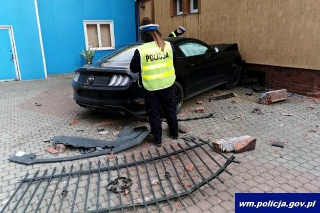 Sprawca wypadku przebił się przez metalowe ogrodzenie i zatrzymał na fasadzie budynku /Policja