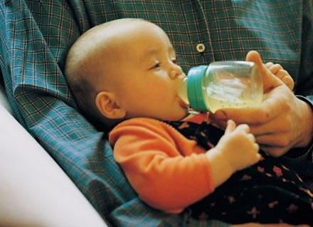 Sprawdź, co najlepiej dać dziecku zamiast mleka matki /ThetaXstock