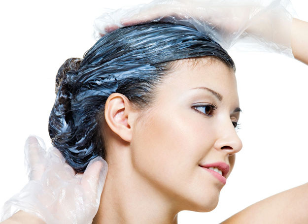 Sprawdź, czy farbę powinnaś nałożyć na suche, czy mokre włosy /123RF/PICSEL