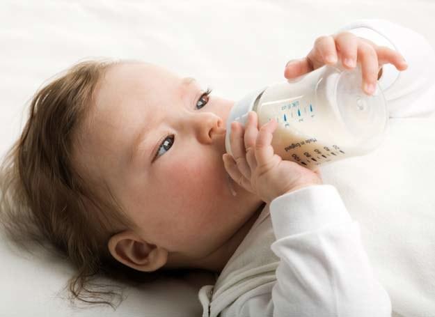 Sprawdź, jak bezpiecznie karmić dziecko butelką /123RF/PICSEL