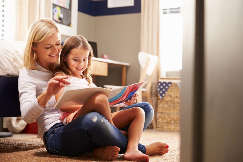 Sprawdź, jak zachęcić dziecko do czytania /123RF/PICSEL