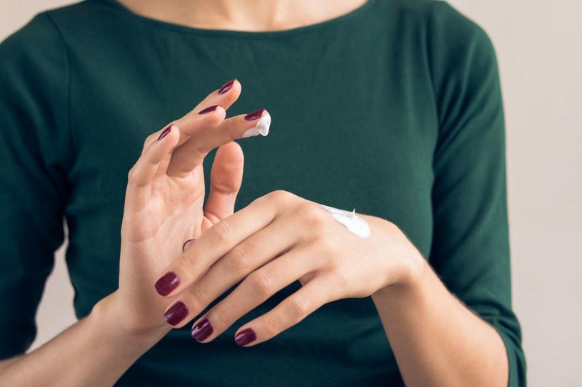 Sprawdź skład swojego kremu do rąk i... wetrzyj go we włosy /123RF/PICSEL
