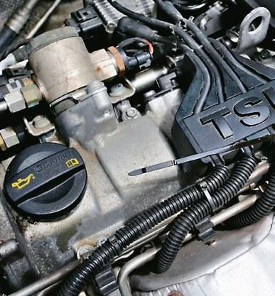 SPRAWDŹ STAN OLEJU przed zakupem wersji 1.2 TSI. Bywa go mniej niż twierdzi sprzedający. /Motor