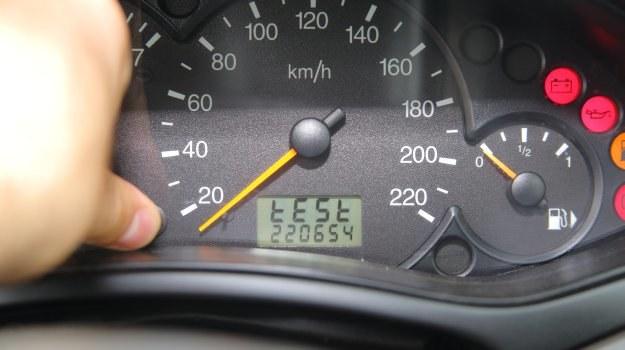 Sprawdzamy, czy triki pozwalające na diagnozę auta są prawdziwe! /Motor