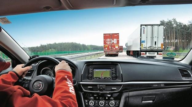 Sprawdzamy, jak bardzo wyprzedzające się ciężarówki spowalniają jazdę po autostradzie /Motor