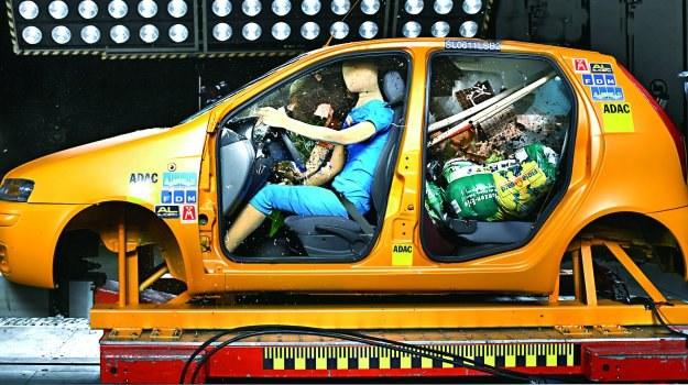 Sprawdzanie, czy w aucie nie ma luzem leżących rzeczy, powinno być zwyczajem kierowcy. /Motor