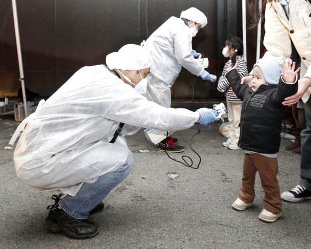 Sprawdzanie poziomu napromieniowania wśród ewakuowanych, fot. REUTERS/Kim Kyung-Hoon /Agencja FORUM