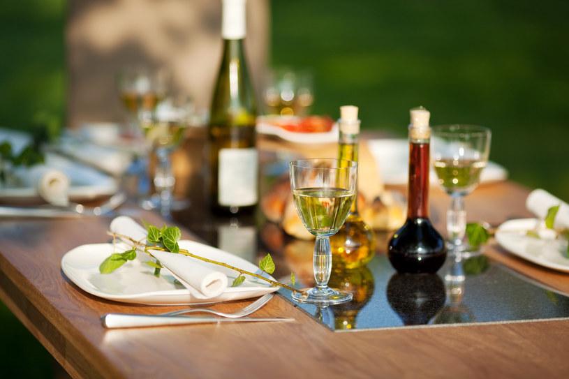 Sprawdzony ocet, oliwa czy olej będzie doskonałym dodatkiem do potraw /123RF/PICSEL