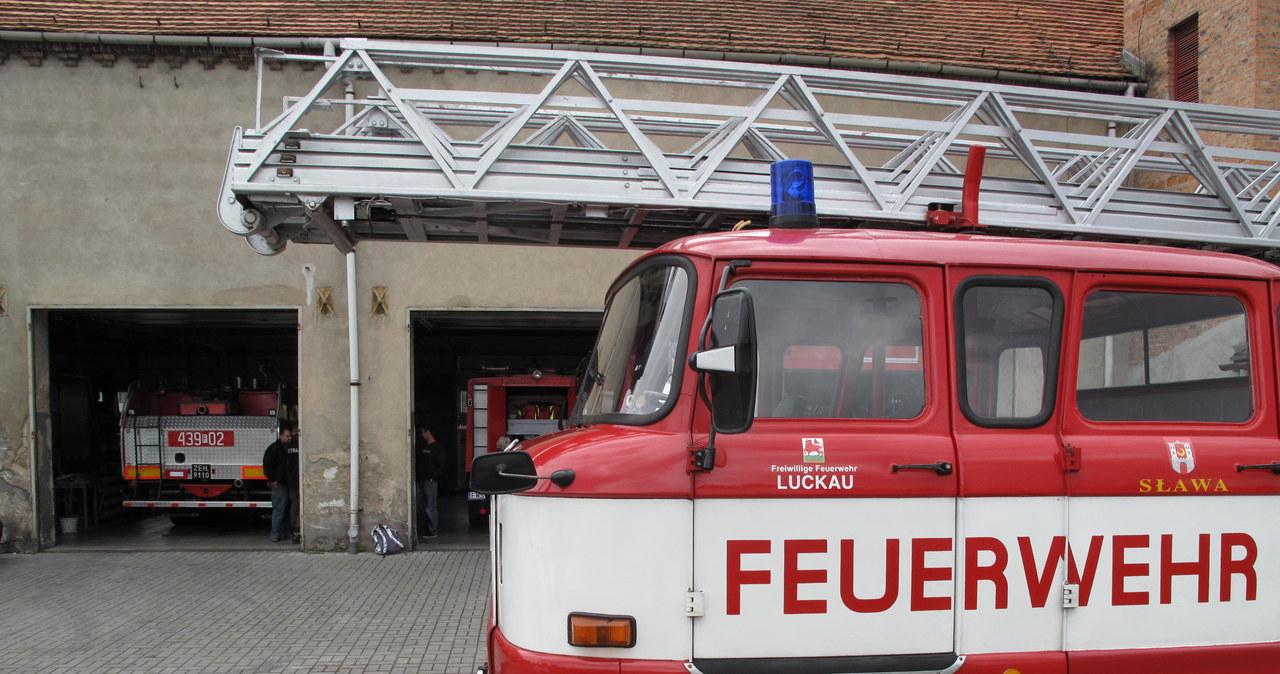 Sprawne, ale bezużyteczne wozy strażackie stoją w remizie w Sławie