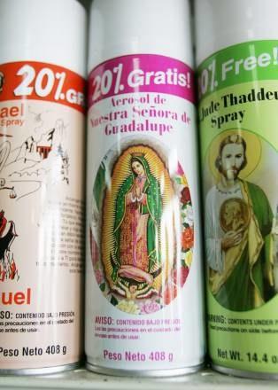 """Spraye """"pod wezwaniem"""" świętych, do nabycia w sklepie wyznawców Santerii na Florydzie /AFP"""