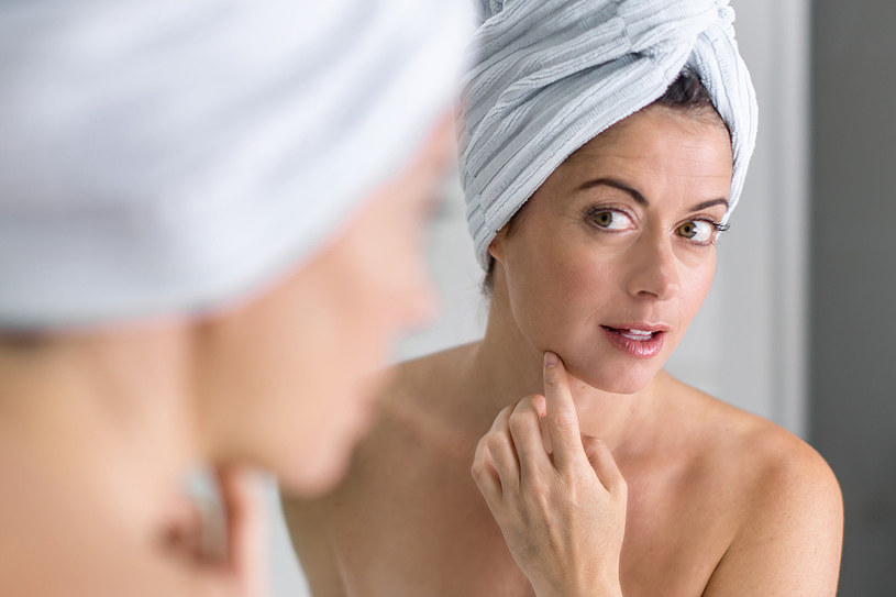 Sprężysta skóra twarzy bez zmarszczek to prawdziwa wizytówka kobiety /123RF/PICSEL