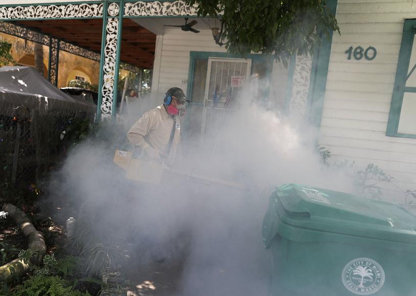 Spryskiwanie środkami owadobójczymi pomaga w walce z komarami tygrysimi /AFP