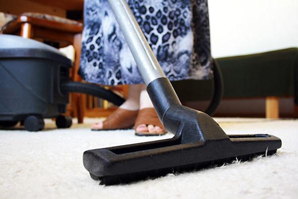 Sprzątaj mieszkanie /© Photogenica