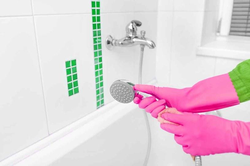 Sprzątając łazienkę, zakładaj rękawice ochronne /123RF/PICSEL