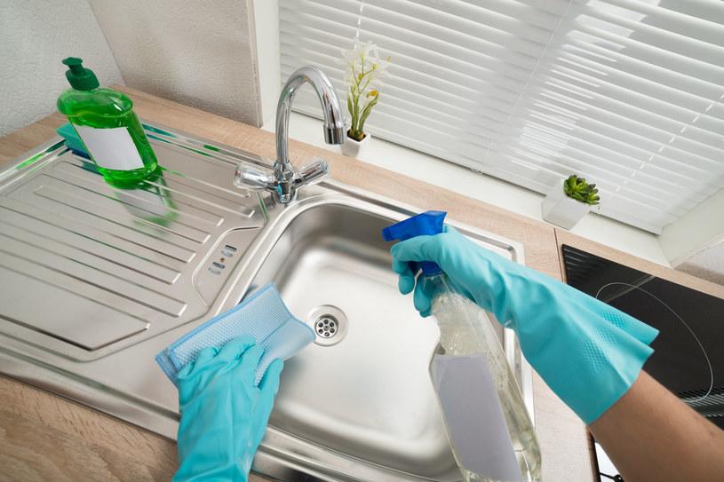 Sprzątanie domowymi sposobami daje najlepsze rezultaty /123RF/PICSEL