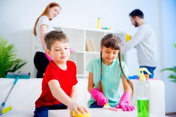 Sprzątanie nie musi być uciążliwe, jeśli zaangażuje się w nie cała rodzina /123RF/PICSEL