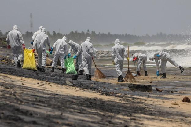 Sprzątanie plaż na Sri Lance /CHAMILA KARUNARATHNE /PAP/EPA