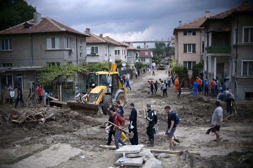 Sprzątanie po powodzi w Warnie /AFP