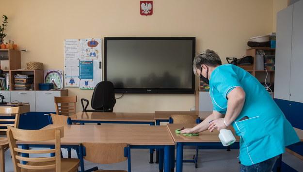 Sprzątanie sali lekcyjnej w Szkole Podstawowej numer 73 w Krakowie //Łukasz Gągulski /PAP