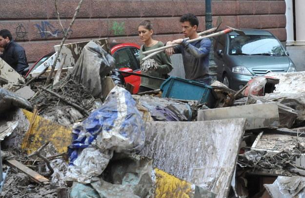 Sprzątanie skutków ulew w Genui /PAOLO ZEGGIO  /PAP/EPA