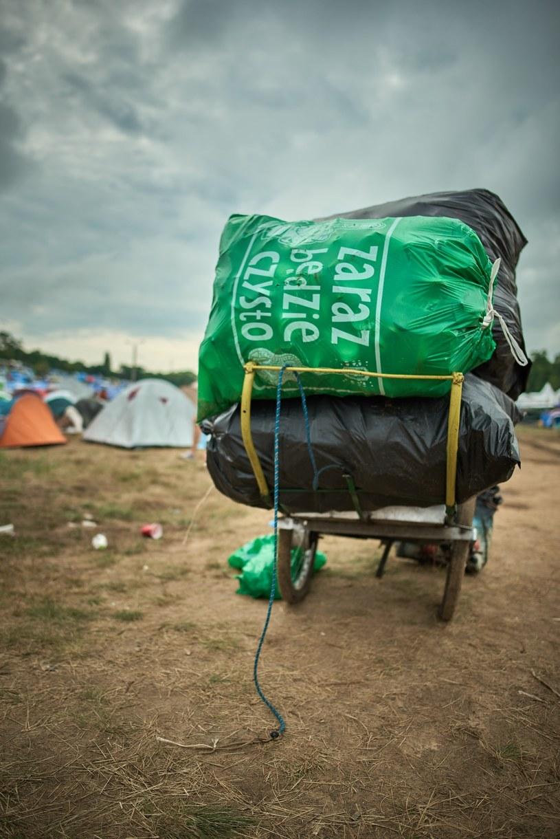 """Sprzątanie śmieci w ramach akcji """"Zaraz będzie czysto"""" podczas Pol'and'Rock Festival 2019 /Szymon Aksienionek /Reporter"""