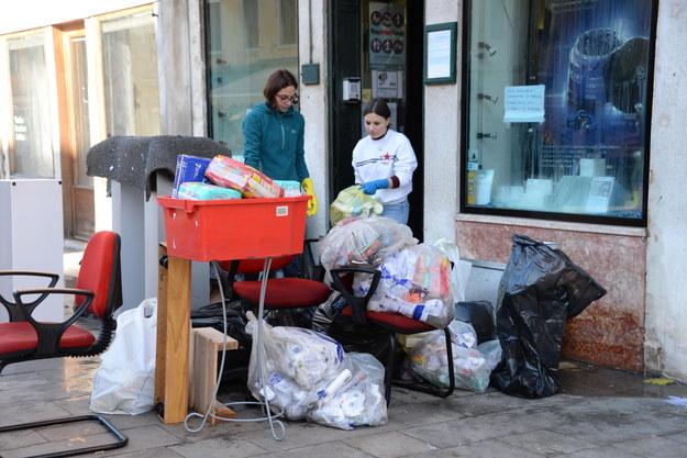 Sprzątanie strat po powodzi /ANDREA MEROLA /PAP/EPA