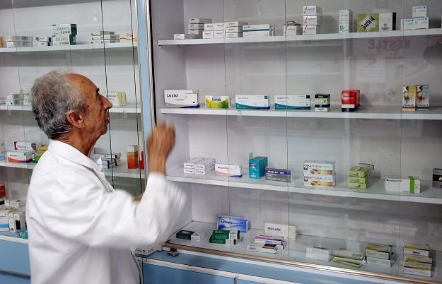 Sprzeczne z prawem są nasze przepisy o sprzedaży leków zastępczych bez pozwolenia na rynku krajowym /AFP