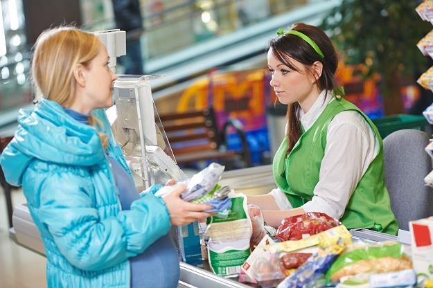 Sprzedawca pracujący w sklepie musi oszczędzać na mieszkanie (55 m kw.) przez 52 lata /©123RF/PICSEL