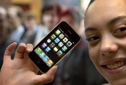 Sprzedaż iPhone'a to nowy rozdział wojny między Erą i Orange /AFP